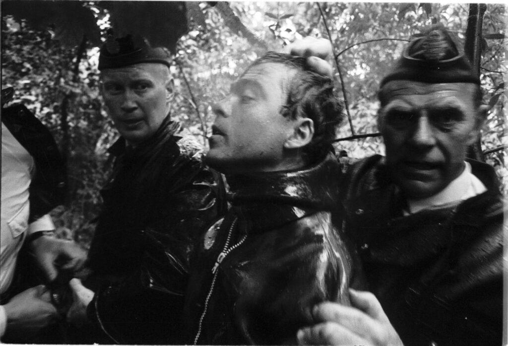 Denna bild har ett alt-attribut som är tomt. Dess filnamn är Grodmansranet-1965-Ranaren-avvapnas.-Foto-Curt-Waras-Bild-2-1024x698.jpg